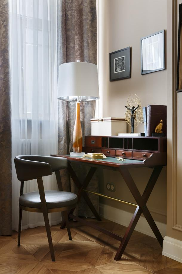 Рабочий уголок в спальне. Стул, Adele Dining Chair, фабрика Interlude Home; лампа, Metallic Amber Lamp, фабрика Global Views.