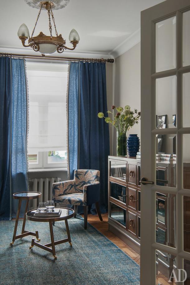 Гостиная. Люстра 30-х годов — собственность хозяйки. Карниз, Houles; диван, Estetica; комод, Roche Bobois; ковер, Dovlet House.