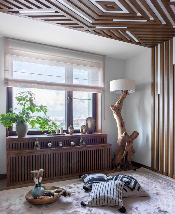 Комната для занятий йогой. Опорой для светильника служит ствол дерева.