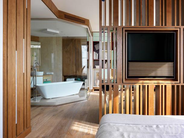 Фрагмент спальни. Потолок из деревянных реек делает ее очень уютной и придает легкий азиатский колорит.