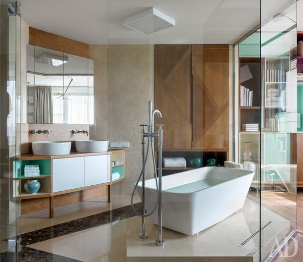 Ванная при спальне. Мебель выполнена на заказ; ванна, Edone; раковины, унитаз и биде, все Globo; смесители, M&Z.