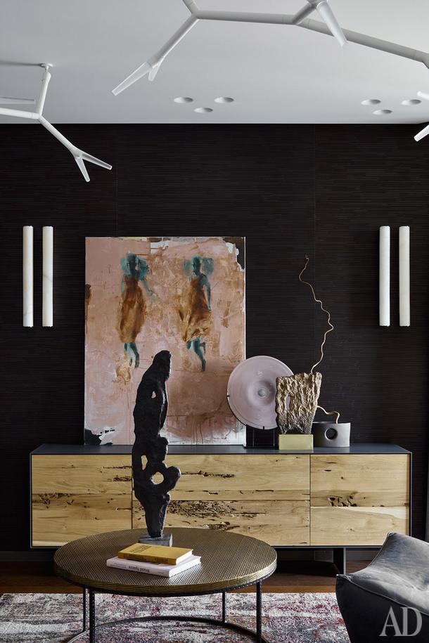 Фрагмент гостиной. Комод Rialto Fly, Riva1920. Стол Nixon, Arteriors. Люстра, Quasar Sparks. На стене - панели, Laurameroni. Бра Tube, Leds C4. На стене работа Натальи Залозной (галерея 11.12). Скульптура Ульяны Хохловой.