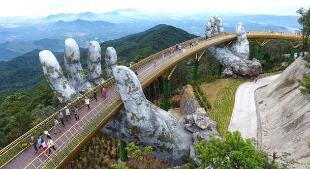 Мост с опорами в виде рук во Вьетнаме