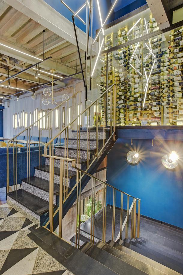 Вид на винную комнату на 3-м этаже. Светильник сделал мастер Александр Фиш, Lumenart.