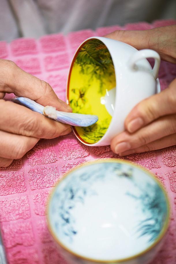 Мастер Hermès расписывает фарфоровую чашку из коллекции Carnets d'Équateur.