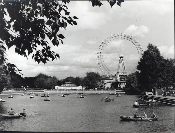 Голицынский пруд и Большое колесо обозрения. О. Копинский, 1963 год. Фотография из архива парка.