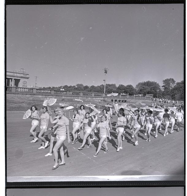 Шествие около балюстрады, 1963 год.
