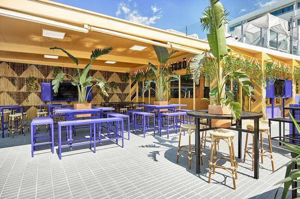 Яркий бар на Ибице