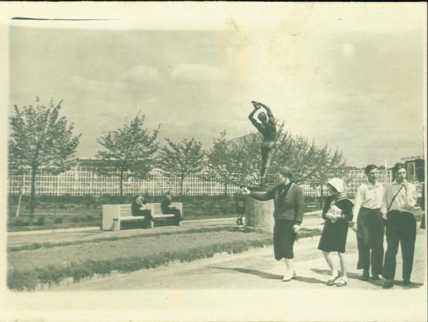 Центральная аллея парка. Скульптура