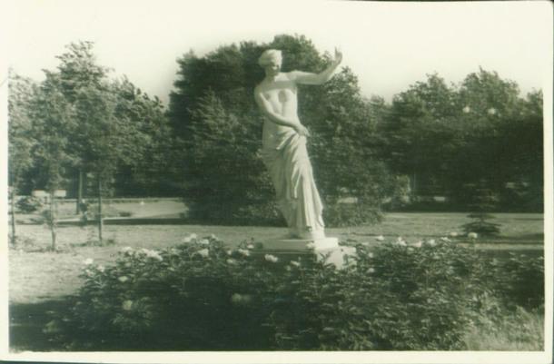 Античная скульптура на аллее Парка.