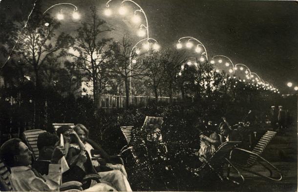 Отдыхающие на ландышевой аллее. 1935 год.
