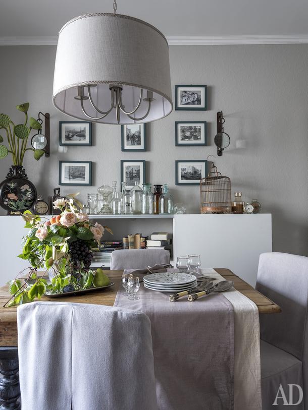 Кухня. Стол старинный, в стиле кантри, ель, реставрация. Стеллаж сделан на заказ. Чехлы на стулья — индивидуальный пошив. Светильник Massive (Бельгия), абажур перетянут льняной тканью. Подсвечники Pottery Barn.
