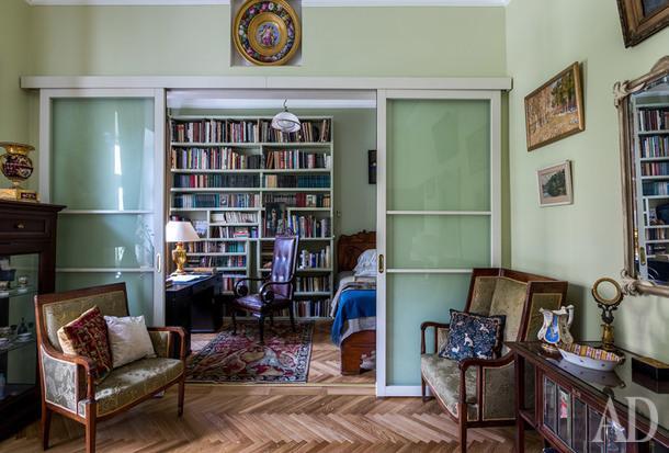 Гостиная. Антикварная мебель. Фрагмент кабинета, принадлежавшего адвокату Плевако, который в свое время купила бабушка хозяйки.