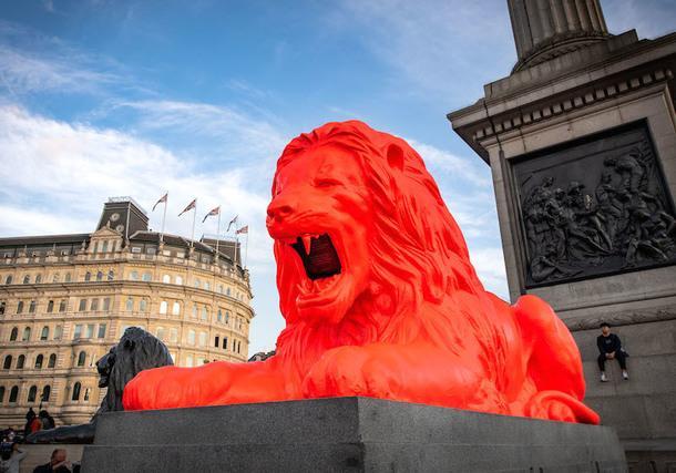 London Design Festival: говорящий флуоресцентный лев на Трафальгарской площади