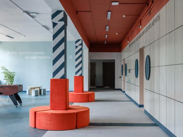 Пространство коридора разделено на игровую и учебную зоны.