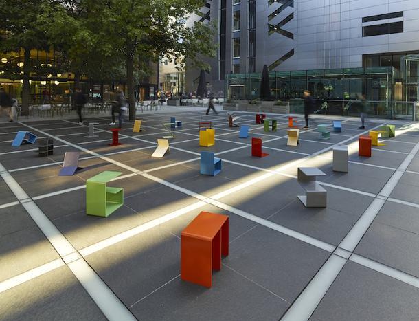 Разноцветные стулья в виде алфавита на Лондонском фестивале дизайна