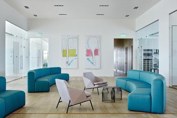 Холл на 4-м этаже. Мебель выполнена на заказ в компании Vysotka Home; на полу инженерная доска Finex; картины Петра Бронфина.