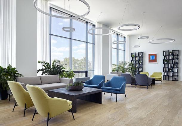 "Холл на 4-м этаже. Мебель, Vysotka Home; светильники, ""Босма""; картина Петра Бронфина."