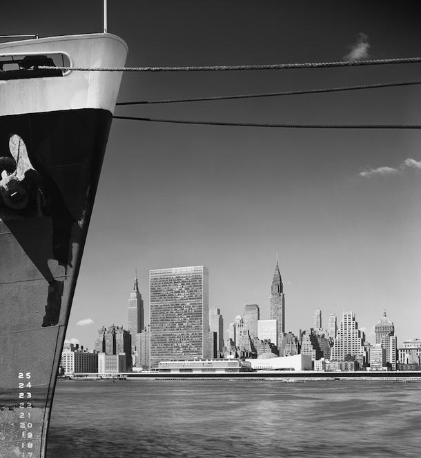 Эзра Столлер, Штаб-квартира ООН. Арх.: международная группа архитекторов во главе с Уоллесом К. Харрисоном. Нью-Йорк, шт. Нью-Йорк, 1954 © Ezra Stoller, Courtesy Yossi Milo Gallery, New York