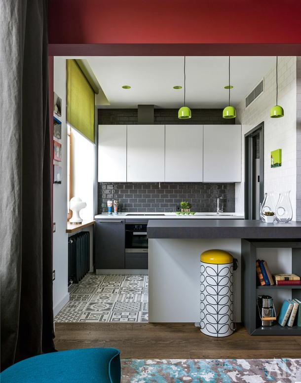 Кухня. Мебель сделана на заказ, Acheo; варочная панель, Neff; вытяжка и духовой шкаф, все Miele; кухонный фартук выложен плиткой Self; наполу плитка Appiani; светильники, Flos.
