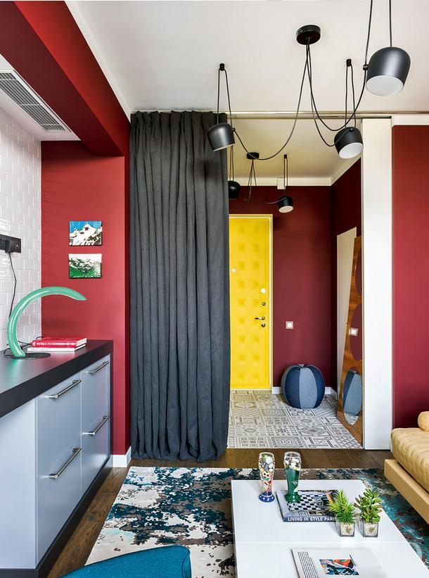 Общая зона. Кухня сделана на заказ; диван хозяйский; светильники, Flos; входная дверь обтянута винилом состежкой капитоне.