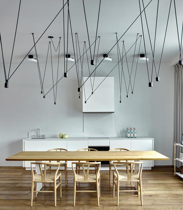 Зона столовой и кухни в квартире по проекту Suite Home Interiors в центре Москвы.