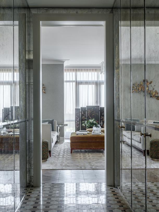 Вид из холла на гостиную. На полу в холле мраморная мозаика Lithos Mosaico; панели из состаренного зеркала выполнены на заказ в мастерской Papa Carlo.
